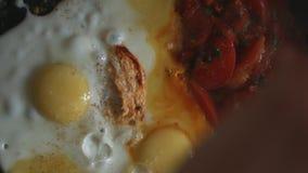 Ovos Scrambled com tomates video estoque