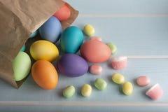 Ovos tingidos da galinha da Páscoa com pirulitos imagens de stock royalty free