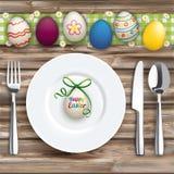 Ovos verdes de madeira vestidos jantar da placa da colher da forquilha da faca de pano da Páscoa ilustração royalty free