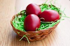 Ovos vermelhos em uma cesta Imagens de Stock Royalty Free