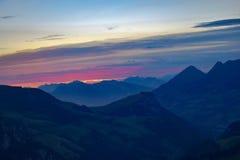 Ovver de la puesta del sol las montañas foto de archivo