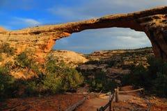 Owachomobrug in het Gelijk maken van Licht, Natuurlijk Bruggen Nationaal Monument, Utah Royalty-vrije Stock Afbeeldingen