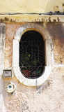 Owalny kształta okno stary dom obrazy stock
