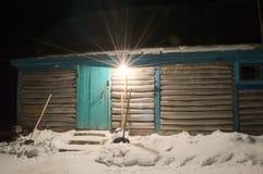 Łowiecki dom na zimy nocy Zdjęcie Royalty Free