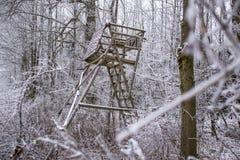 łowiecki Wysoki siedzenie w zima lesie Obrazy Stock
