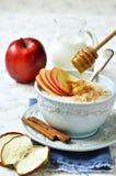 Owies owsianka z jabłkiem, miodem i cynamonem, Zdjęcie Royalty Free