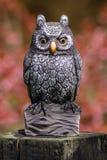 Owl Figurine était perché sur le rondin Photos stock