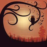 Owl Sitting auf Baum in Halloween-Nacht Vektor Abbildung