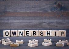 Ownerschip-Wort geschrieben auf hölzernen Block Stockfoto
