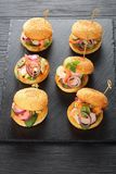 Owoców morza hamburgery przyczepiający z bambusowymi skewers Fotografia Stock