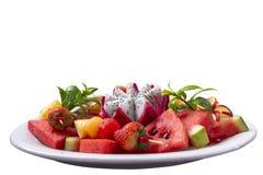 Owoc łączą jaskrawych kolory w białym talerzu Odgórny widok odosobniony i ścinku na za białym tłem zdjęcia royalty free
