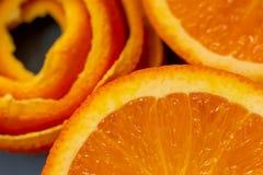Owoc cytrus pomarańcze, łupa i kawałki tangerine Makro- wizerunek w g?r? i, poj?cie dla zdrowego jedzenia obrazy royalty free