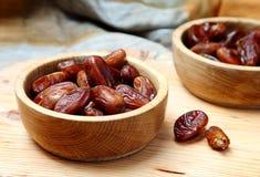 Owoc datują w drewnianym pucharze na stole Obrazy Stock
