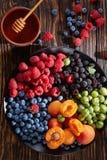 Owoc i jagoda półmisek, odgórny widok Zdjęcie Stock