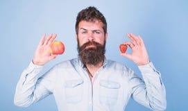 Owoc i jagoda w r?ki zdrowej alternatywie Witaminy od?ywiania owocowy poj?cie Opieki zdrowotnej dieting witamina M??czyzna brodat fotografia royalty free