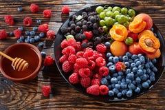 Owoc i jagody lata półmisek, odgórny widok Fotografia Stock
