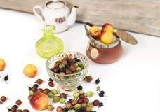 Owoc I jagody Na stole Zdjęcie Stock