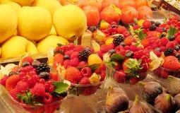 Owoc i jagody sprzedający przy rynkiem Obrazy Royalty Free