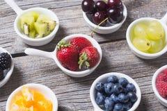 Owoc i jagody w pucharze Fotografia Royalty Free
