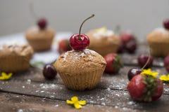 Owoc i słodcy ciasta na nieociosanym tle Fotografia Royalty Free