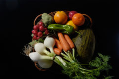 Owoc i vegetal, kilka owoc z czarnym tłem i warzywa Zdjęcia Stock