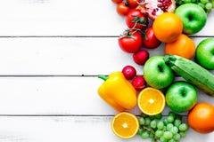 Owoc i warzywo dla zdrowego gościa restauracji na białym tło odgórnego widoku egzaminie próbnym up zdjęcia royalty free
