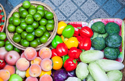 Owoc I Warzywo dojrzały kolorowy w rynku Obrazy Royalty Free