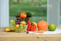 Owoc i warzywo na drewnianym stole Zdjęcia Royalty Free