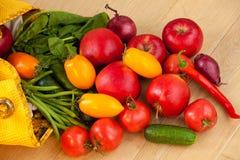 Owoc i warzywo rozlewa z żółtej torby zdjęcia royalty free