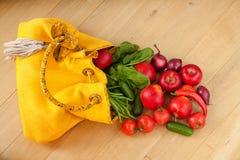 Owoc i warzywo rozlewa z torby zdjęcie stock