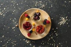 Owoc i wysuszone owoc w drewnianym talerzu Zdjęcia Stock