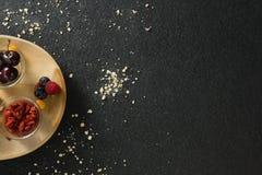 Owoc i wysuszone owoc w drewnianym talerzu Fotografia Royalty Free