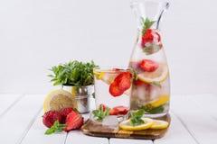 Owoc i ziele natchnąca woda Zimna odświeżająca witaminy detox woda Obrazy Royalty Free
