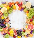 Owoc, jagody, kwiaty obramiają, biały drewniany tło kosmos kopii Zdjęcia Stock