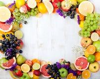 Owoc, jagody, kwiaty obramiają, biały drewniany tło kosmos kopii Zdjęcie Royalty Free