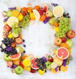 Owoc, jagody, kwiaty obramiają, biały drewniany tło kosmos kopii Obraz Stock