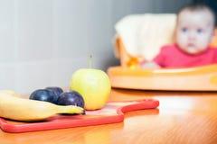 Owoc kłama na stole dziecka tła karmowy makaronowy surowy biel Obraz Royalty Free