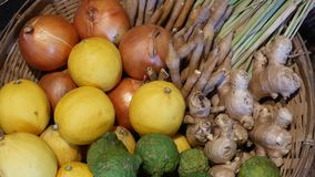 owoc koszykowi warzywa Galonowy kosz z r??norodnymi cytrusami i warzywami umieszczaj?cymi na pod?ogowej pobliskiej drewnianej ?ci zdjęcie wideo