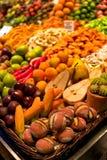 Owoc kształtujący marcepanowi ciasteczka przy boqueria wprowadzać na rynek wewnątrz obraz stock