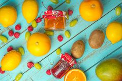 Owoc na bławym wieśniaka stole Grapefruitowy, winogrona, blackber zdjęcie royalty free