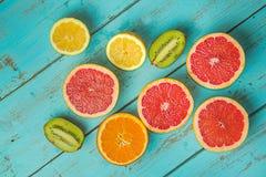 Owoc na bławym wieśniaka stole Grapefruitowy, winogrona, blackber zdjęcie stock