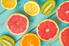Owoc na bławym wieśniaka stole Grapefruitowy, winogrona, blackber obrazy stock