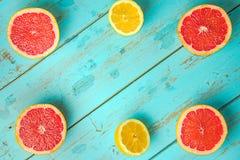 Owoc na bławym wieśniaka stole Grapefruitowy, winogrona, blackber fotografia royalty free