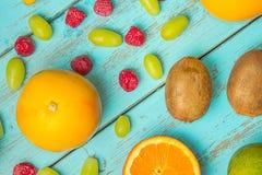 Owoc na nieociosanym błękitnym tle Kiwi, grapefruitowi, winogrona, lem Obraz Royalty Free
