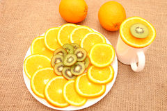 Owoc na półkowej ręce koryguje plasterek pomarańcze fotografia stock