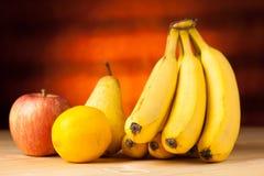 Owoc na stole - banan bonkrety jabłko wo i cytryna drewniany de zdjęcia royalty free
