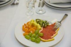 Owoc na talerzu przy bankietem zdjęcie stock