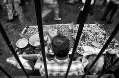 Owoc opóźniają przy starymi schronienie ulicami, Istanbuł Obraz Royalty Free