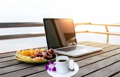 Owoc sałatka, filiżanka kawy i kwiat z komputerowym laptopem Fotografia Stock