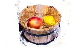 Owoc spada w wodę Zdjęcia Stock
